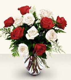 Rize çiçek , çiçekçi , çiçekçilik  6 adet kirmizi 6 adet beyaz gül cam içerisinde