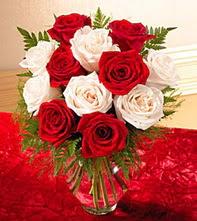 Rize çiçek , çiçekçi , çiçekçilik  5 adet kirmizi 5 adet beyaz gül cam vazoda
