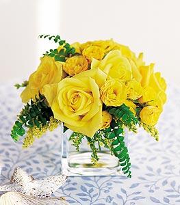 Rize çiçek satışı  cam içerisinde 12 adet sari gül