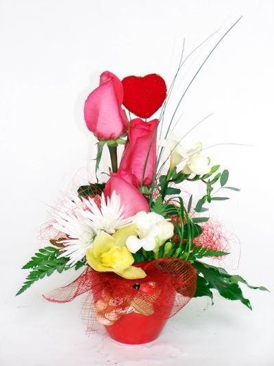 Rize kaliteli taze ve ucuz çiçekler  cam içerisinde 3 adet gül ve kir çiçekleri