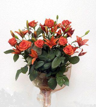9 adet gül ve 3 adet lilyum çiçegi buketi   Rize çiçekçi telefonları