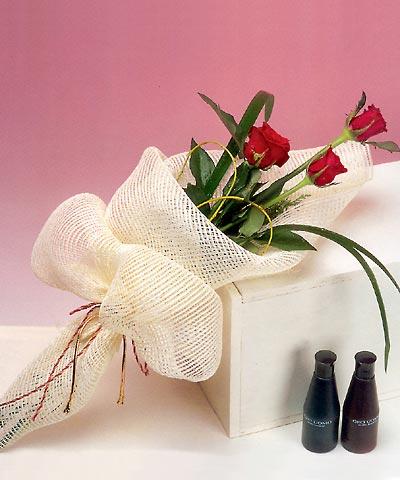 3 adet kalite gül sade ve sik halde bir tanzim  Rize çiçek gönderme sitemiz güvenlidir