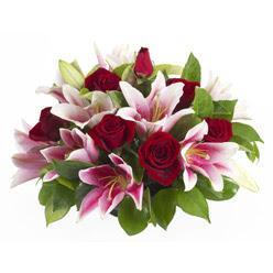 güller ve kazablnaklardan aranjman  Rize hediye çiçek yolla