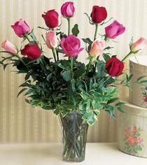 Rize çiçekçiler  12 adet karisik renkte gül cam yada mika vazoda