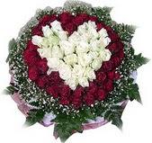 Rize çiçekçiler  27 adet kirmizi ve beyaz gül sepet içinde