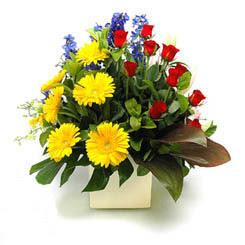 Rize çiçek gönderme  9 adet gül ve kir çiçekleri cam yada mika vazoda