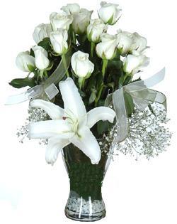 cam içerisinde 11 beyaz gül ve 1 kazablanka  Rize online çiçekçi , çiçek siparişi
