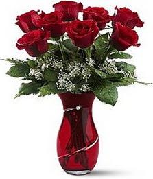 Vazo içinde 8 adet kirmizilar içinde güller  Rize çiçek gönderme sitemiz güvenlidir