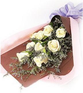 Rize çiçekçi telefonları  9 adet beyaz gülden görsel buket çiçeği