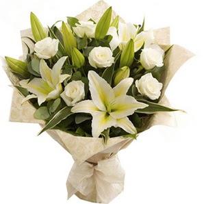 Rize hediye çiçek yolla  3 dal kazablanka ve 7 adet beyaz gül buketi