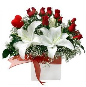 Rize yurtiçi ve yurtdışı çiçek siparişi  1 dal kazablanka 11 adet kırmızı gül vazosu