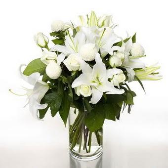 Rize 14 şubat sevgililer günü çiçek  1 dal cazablanca 7 adet beyaz gül vazosu