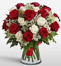 Vazoda 12 kırmızı 12 beyaz gül tanzimi  Rize çiçek , çiçekçi , çiçekçilik