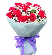 12 adet kırmızı gül ve beyaz kır çiçekleri  Rize yurtiçi ve yurtdışı çiçek siparişi