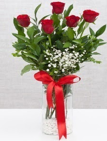 cam vazo içerisinde 5 adet kırmızı gül  Rize çiçek satışı