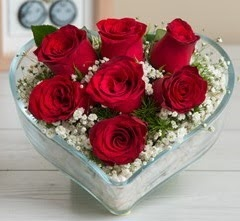 Kalp içerisinde 7 adet kırmızı gül  Rize 14 şubat sevgililer günü çiçek