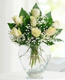 Cam içerisinde 7 adet beyaz gül  Rize çiçek satışı