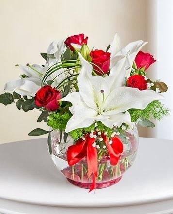 Fanus Vazoda 2 Lilyum ve 5 Gül Dansı  Rize hediye sevgilime hediye çiçek