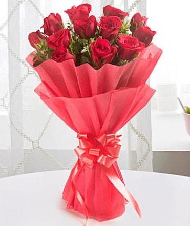 12 adet kırmızı gülden modern buket  Rize anneler günü çiçek yolla