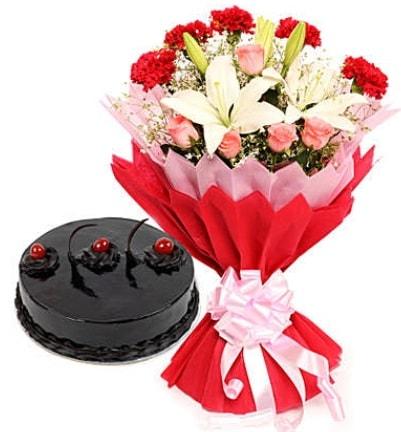 Karışık mevsim buketi ve 4 kişilik yaş pasta  Rize yurtiçi ve yurtdışı çiçek siparişi